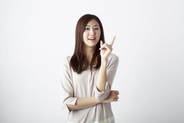 おすすめと指をさしている女性の画像