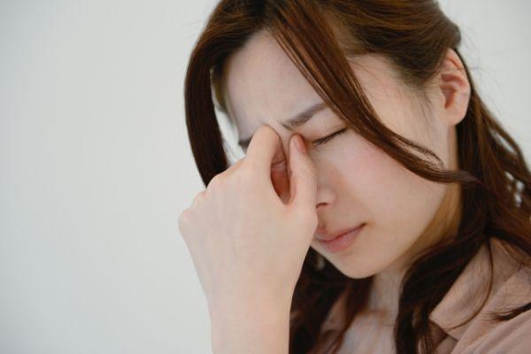 頭痛がつらい表情の女性の画像
