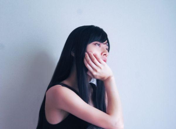 うつ症状の女性の画像
