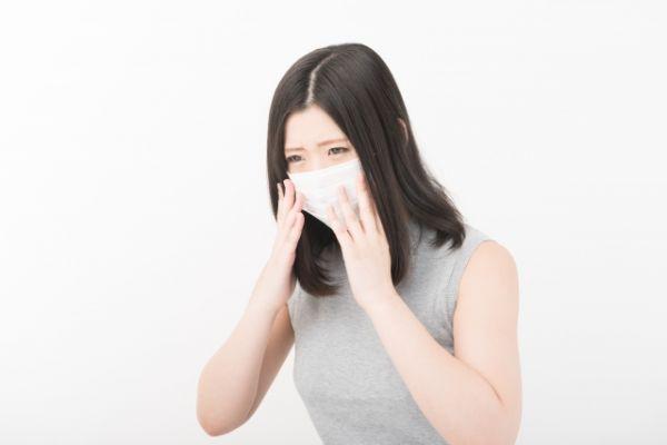 マスクをしている女性の画像