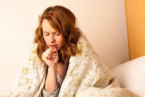 寝る時に咳をしている女性の画像