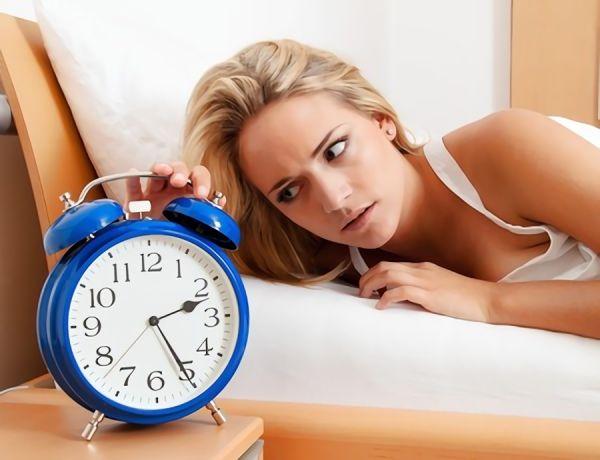 寝ようとすると眠れない女性の画像