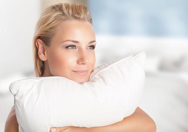 パイプ枕を持った女性の画像