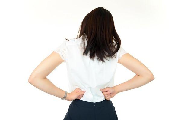 反り腰で悩む女性の画像