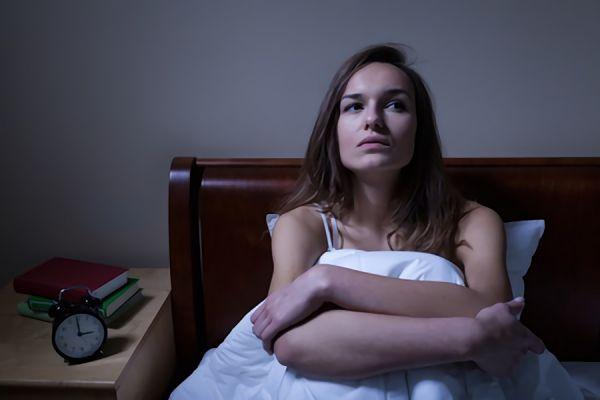 夜が不安で眠れない女性の画像
