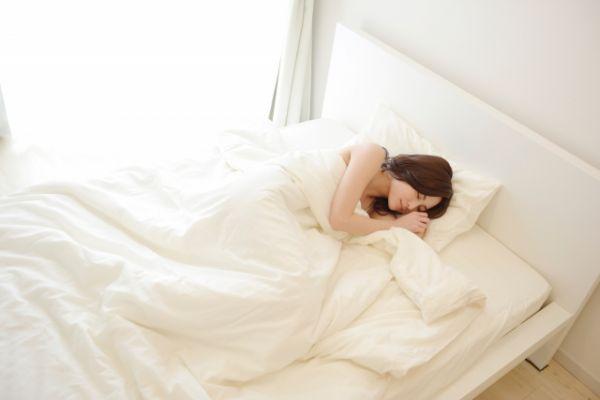 すやすや寝ている女性の画像