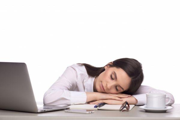 うたた寝をしている女性の画像
