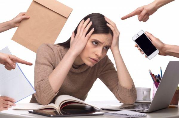ストレスがかかっている女性の画像