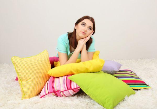 枕のブランドに悩む女性の画像