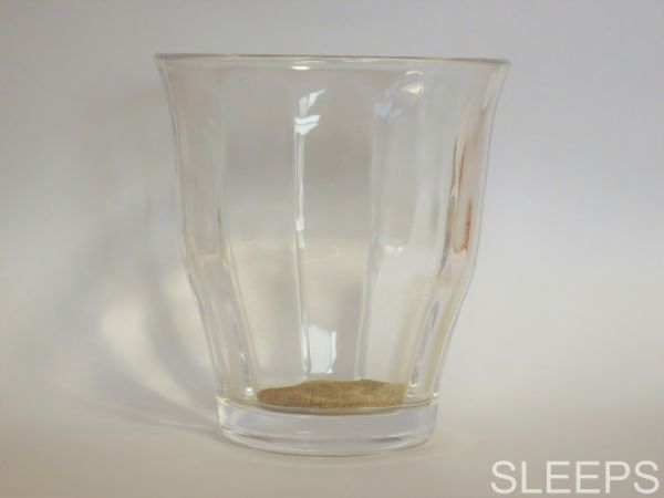 伊藤園のテアニン麦茶の粉末をグラスに入れた時の写真