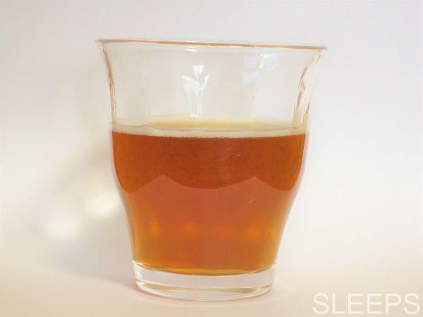 伊藤園のテアニン麦茶に水を入れた時の写真