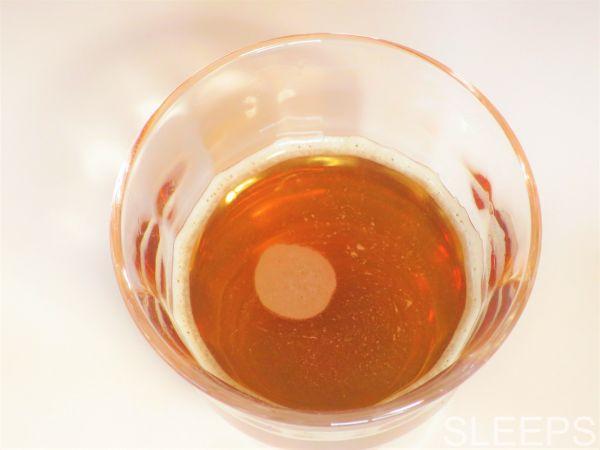 伊藤園のテアニン麦茶に水を足してコップの上から撮影した写真