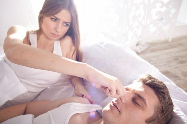 男性の鼻をつまんでいる女性の画像