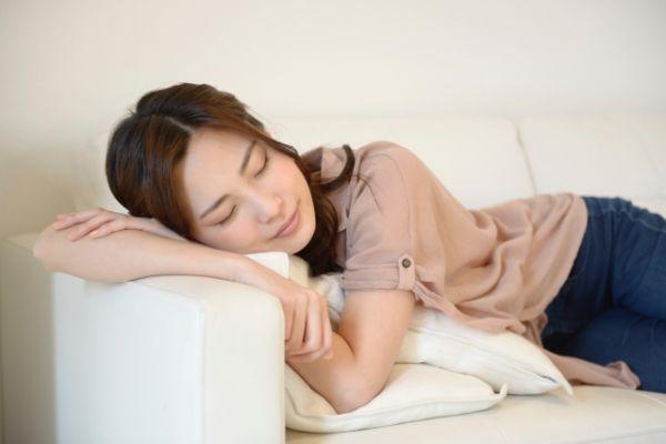 ソファーで昼寝している女性の画像