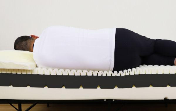 ビブラート1に大柄な男性が横に寝ている画像